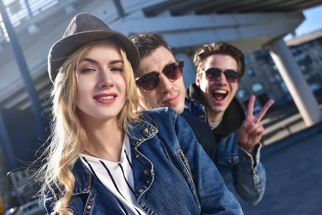 楽しんでいるサングラスで笑顔と笑顔の友人のグループの肖像画