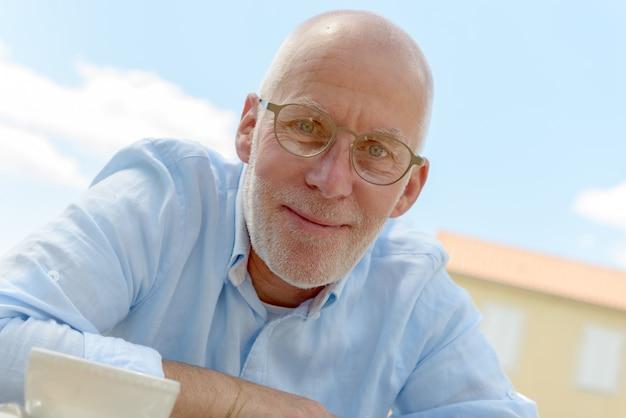 眼鏡の年配の男性の肖像画