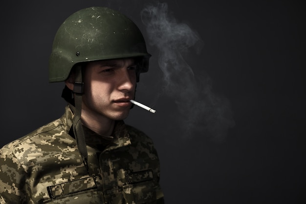 Портрет. солдат с сигаретой во рту