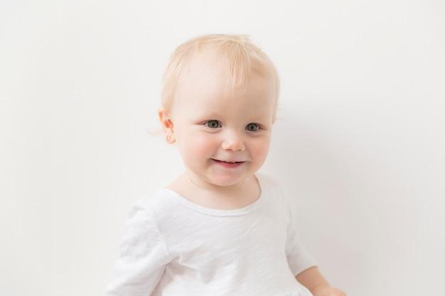Ritratto di adorabile bambina sorridente