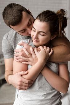 Ritratto delle coppie adorabili insieme nell'amore