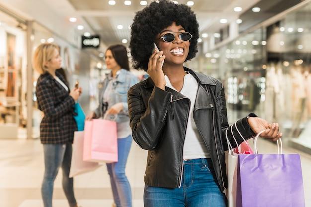 Ritratto di donna adulta con borse della spesa