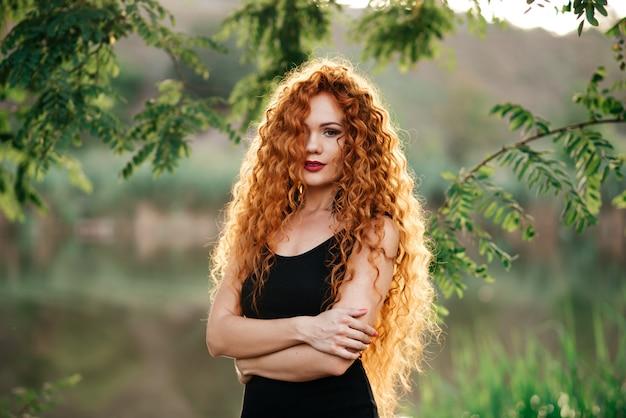 세로 af 아름 다운 빨간 머리 여자 야외.