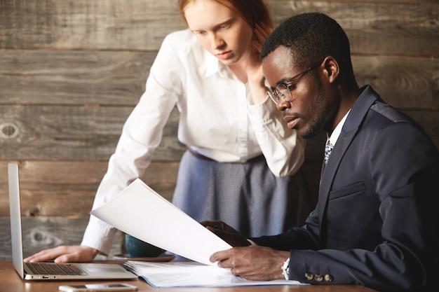 Ritratto di uomo d'affari afroamericano indossando occhiali e abito formale
