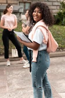 Ritratto di ragazza afroamericana con i suoi libri