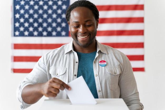 Ritratto di uomo afroamericano il giorno della registrazione degli elettori