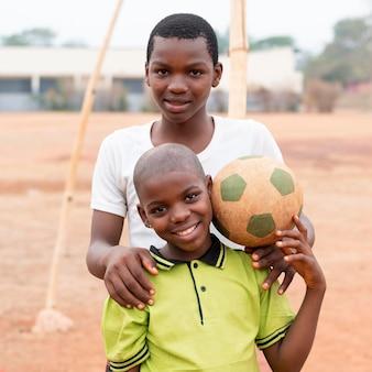 サッカーボールの肖像画アフリカの男の子