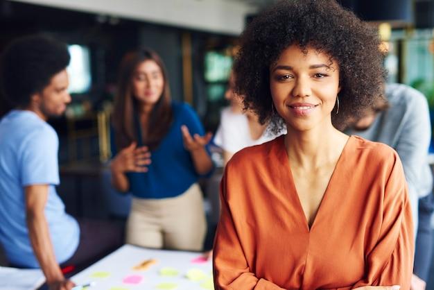 Ritratto di donna d'affari africana che conduce questo incontro d'affari