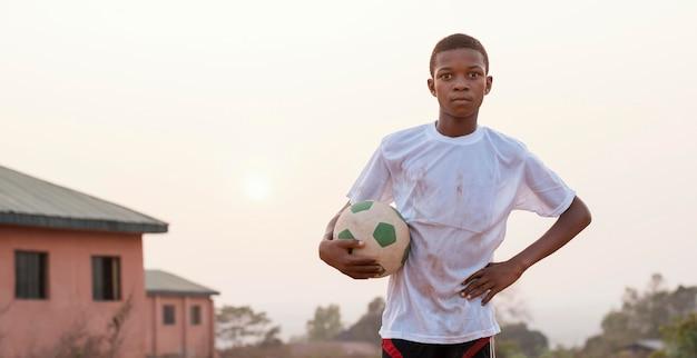 サッカーボールの肖像画アフリカの子供