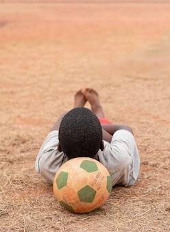 Портрет африканского ребенка с футбольным мячом