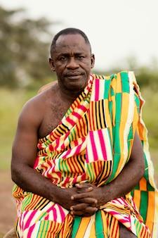 Ritratto africano uomo anziano con abiti tradizionali