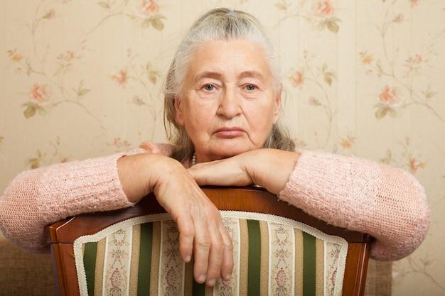Портрет пожилой женщины, грустно смотрящей