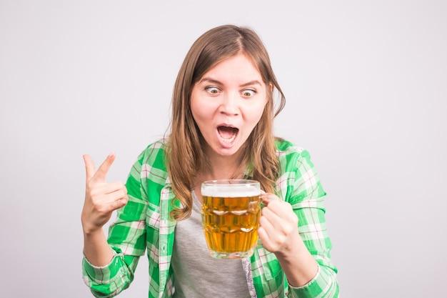 초상화 맥주 병을 들고 행복 스포츠 팬. 맥주와 함께 여자입니다.
