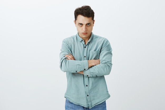 Ritratto dell'adolescente offeso arrabbiato in camicia casual