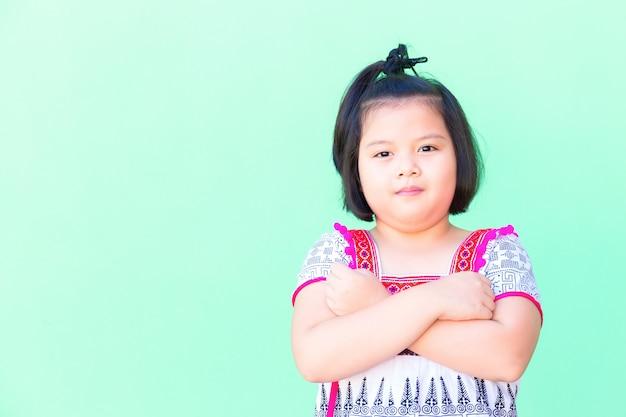 세로 아시아 소녀는 태국 의상을 입고.