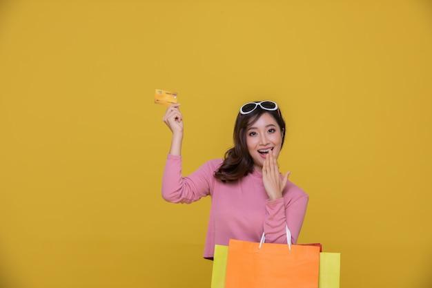 陽気な笑顔のサングラスをかけた肖像画アジアの美しい幸せな若い女