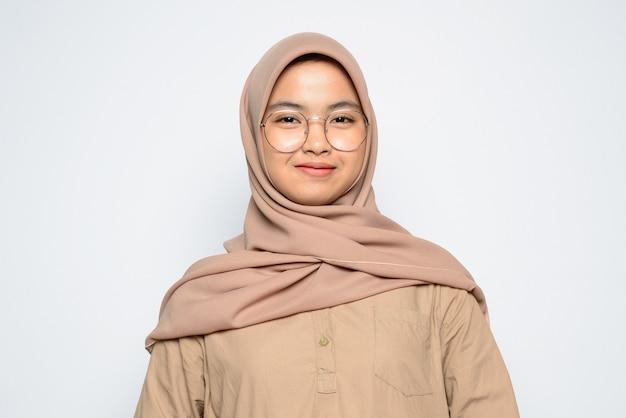 ヒジャーブを身に着けている肖像画のアジアの女の子