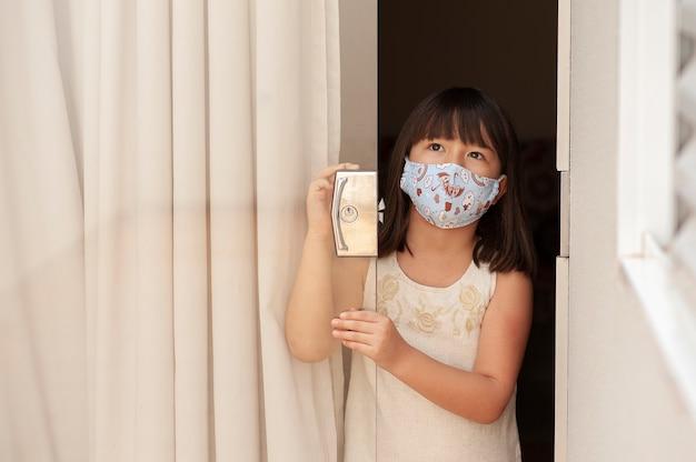 マスクと肖像画のアジアの女の子