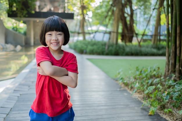 肖像画アジアの子供、子供が楽しんで幸せな、小さな女の子