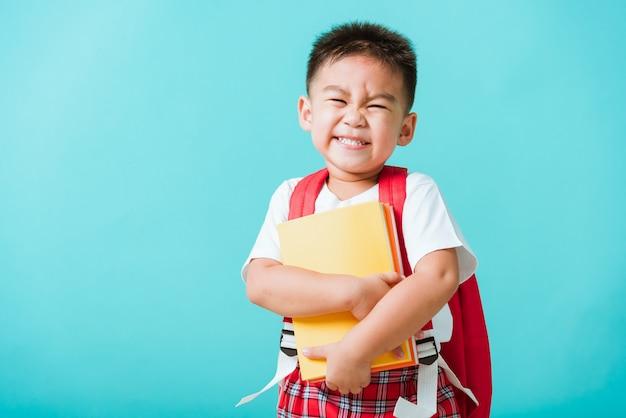 세로 아시아 소년 미소와 웃음 포옹 책
