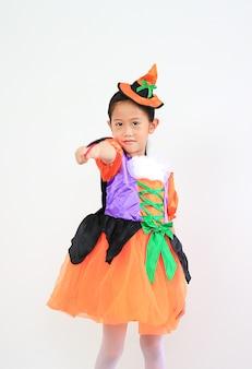 흰색 배경에 고립 된 할로윈 의상에서 세로 아시아 어린 아이 소녀.