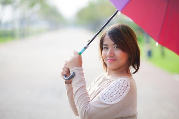 肖像画、アジア人、女、傘を持つ。