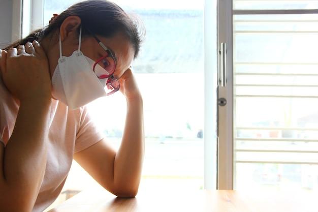 오랫동안 바이러스 발병의 슬픈 순간에 마스크를 쓴 아시아 여성 초상화
