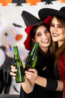 Портрет азиатской молодой взрослой женщины в костюме хэллоуина празднуют вечеринку в честь хэллоуина