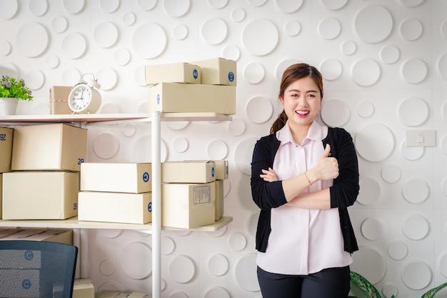 Портрет азиатских молодых женщин постоянная улыбка в домашнем офисе