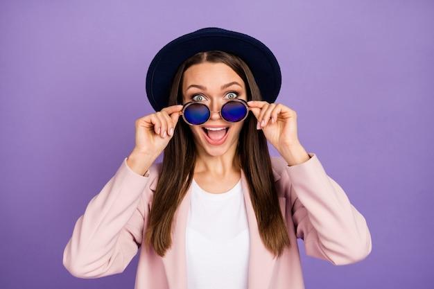 肖像画驚いたファンキーなミレニアル世代の女の子は週末の自由な時間の休日を持っています素晴らしいブラックフライデーノベルティ感動悲鳴タッチスペックはパステルカラーの衣装を着用します孤立した紫色の背景