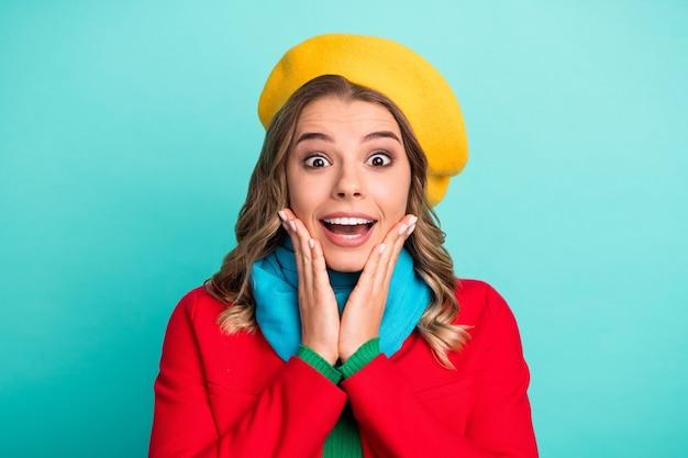 肖像画驚いた面白いファンキーな女の子は冬の散歩を見て感動素晴らしい掘り出し物割引悲鳴タッチ手顔着用輝きアウターウェア帽子孤立したターコイズ色の背景