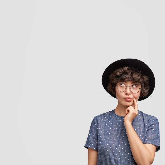 Ritratto di attraente donna bruna loos minuziosamente verso l'alto