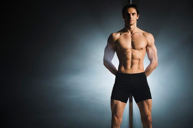 Ritratto di attraente modello maschile in posa
