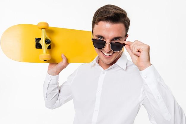 Ritratto di un uomo attraente in camicia bianca e occhiali da sole