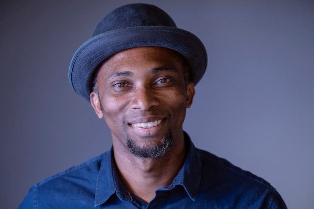 肖像画民族的特徴を持つ魅力的な若い独身男性。幸せな陽気な表現を持つアフリカ系アメリカ人の男。