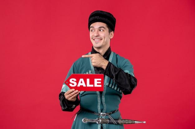 Ritratto di uomo azero in costume tradizionale con targhetta di vendita ballerino rosso