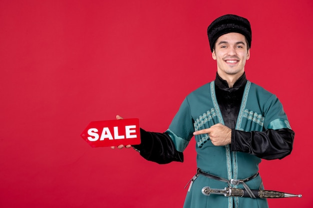 Ritratto di uomo azero in costume tradizionale azienda vendita targhetta rednovruz shopping ballerino primavera