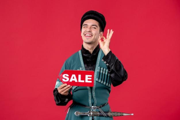Ritratto di uomo azero in costume tradizionale azienda vendita targhetta redshopping primavera ballerino novruz denaro