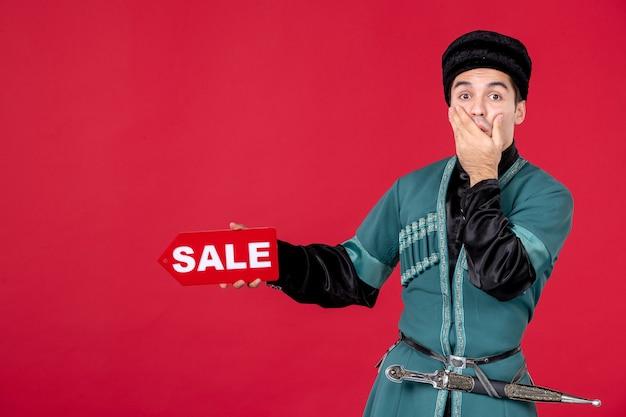 Ritratto di uomo azero in costume tradizionale azienda vendita targhetta redshopping primavera novruz ballerino