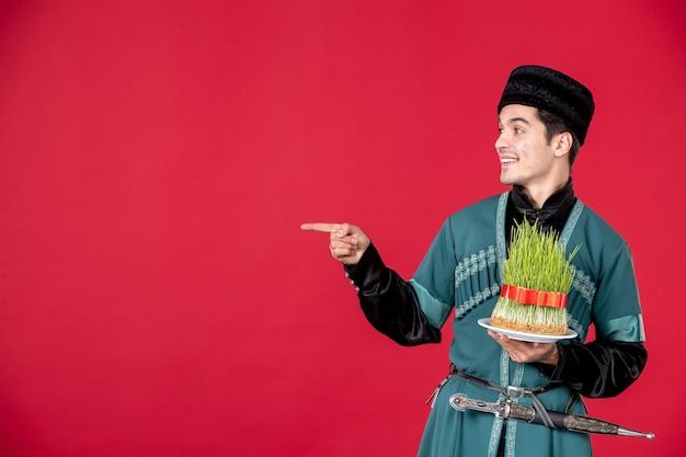 Ritratto di uomo azero in costume tradizionale azienda semeni studio shot concetto rosso ballerino novruz
