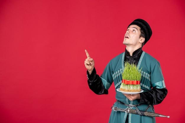 Ritratto di uomo azero in costume tradizionale azienda semeni studio shot concetto rosso performer novruz