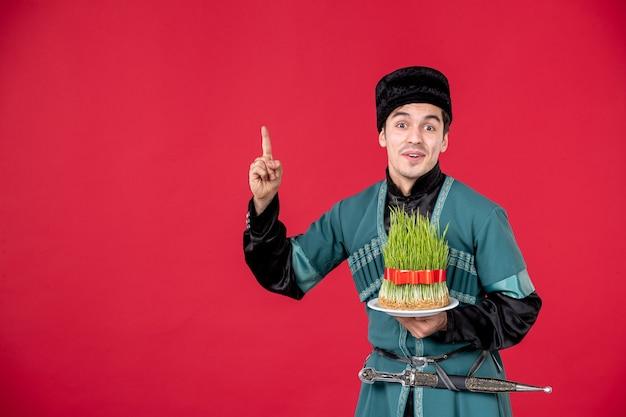Ritratto di uomo azero in costume tradizionale azienda semeni studio shot concetto rosso esecutori novruz primavera