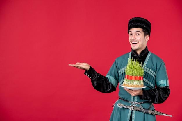 Ritratto di uomo azero in costume tradizionale azienda semeni studio shot concetto rosso novruz primavera