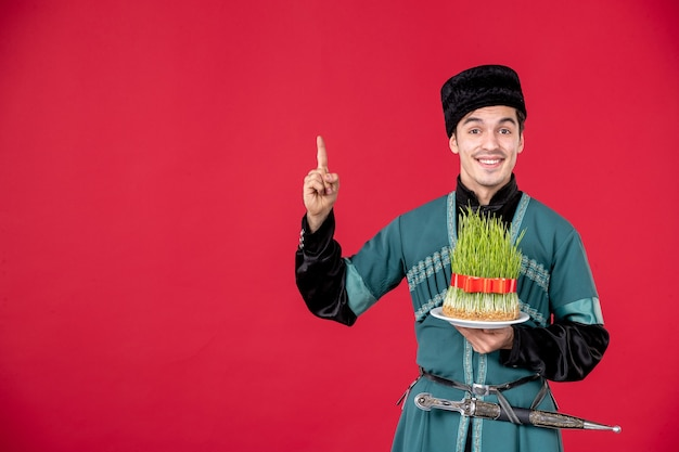 Ritratto di uomo azero in costume tradizionale azienda semeni studio shot concetto rosso esecutore primavera novruz