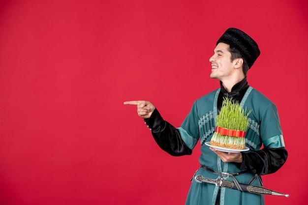 Ritratto di uomo azero in costume tradizionale che tiene semeni studio shot concetto rosso ballerino di primavera