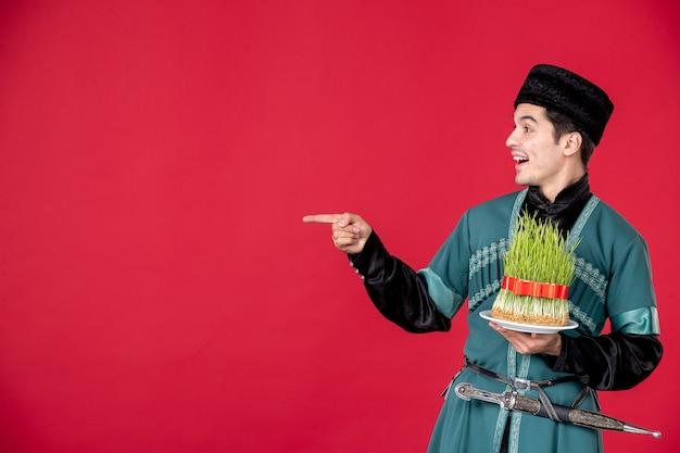 Ritratto di uomo azero in costume tradizionale azienda semeni studio shot concetto rosso primavera novruz ballerini