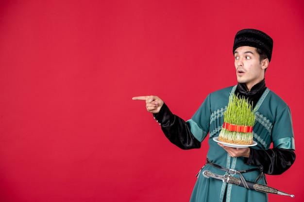 Ritratto di uomo azero in costume tradizionale azienda semeni studio shot concetto rosso primavera novruz