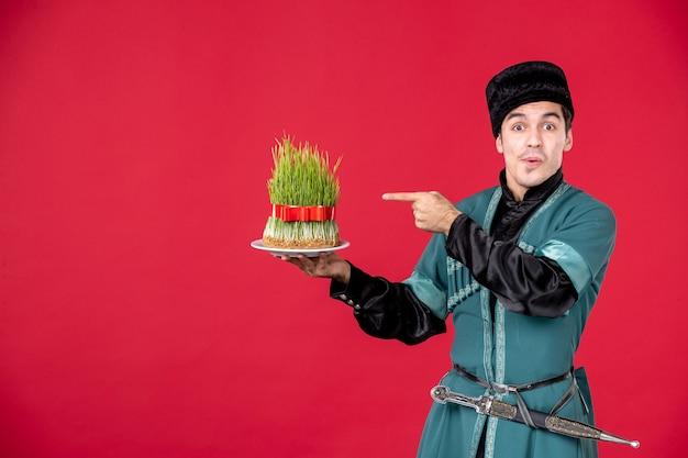 Ritratto di un uomo azero in costume tradizionale che tiene in mano semeni studio rosso concept