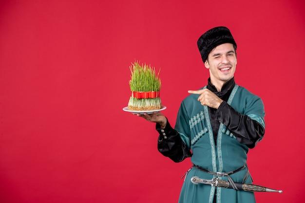 Ritratto di uomo azero in costume tradizionale azienda semeni studio shot ballerino rosso concetto novruz