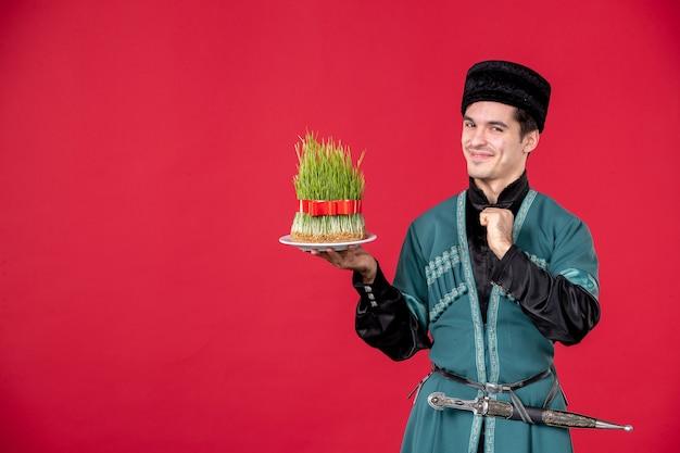 Ritratto di uomo azero in costume tradizionale azienda semeni studio shot ballerino rosso concetto primavera